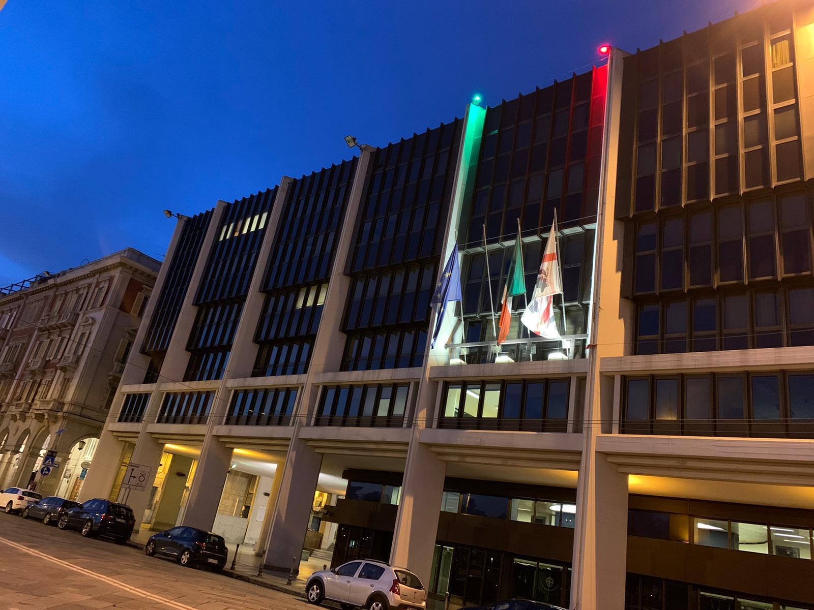 Il Consiglio regionale illuminato di verde, bianco e rosso